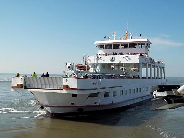 Fähre vor dem Einlaufen im Hafen von Norderney