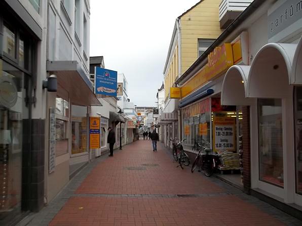 """Die """"Strandstraße"""" eine Fußgängerzone in der Stadt Norderney"""