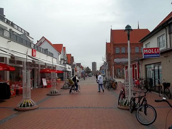 """Geschäfte in der Stadt Norderney - Hier die Geschäftsstraße: """"Jann-Berghaus-Straße"""""""