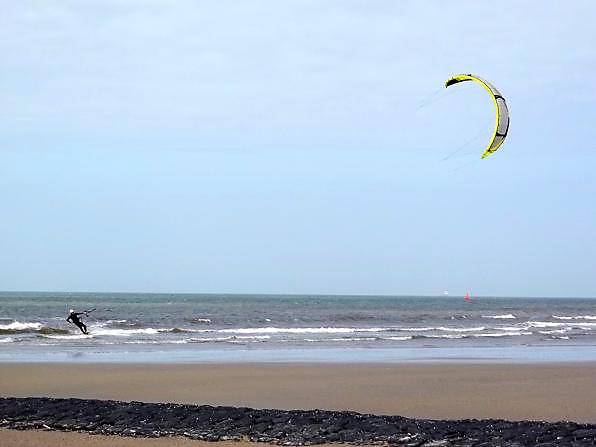 Kiten ist ein Wassersport, den man im Rahmen eines Norderney Urlaubes sehr gut ausüben kann.